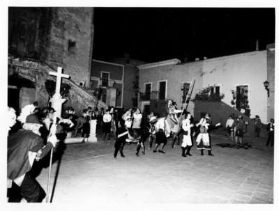 Actores en escena durante presentación efectuada en la Plaza de San Roque con motivo de la visita de los Reyes de España