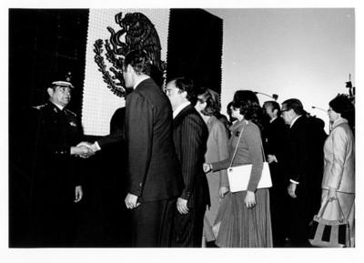 Juan Carlos I de Borbón saluda de mano a oficial de alto rango durante su visita por Guanajuato