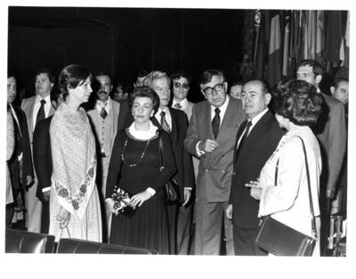 Santiago Roel junto a Carlos Humberto Romero y su esposa en interior de la Secretaría de Relaciones Exteriores