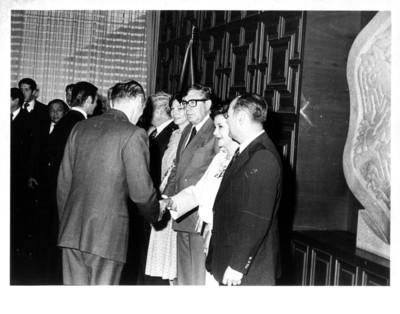 Gloria Guerrero de Romero saluda de mano a hombre durante reunión con los jefes de misiones diplomáticas