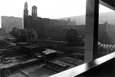 Vista del conjunto conventual de Santiago Tlatelolco y zona arqueológica