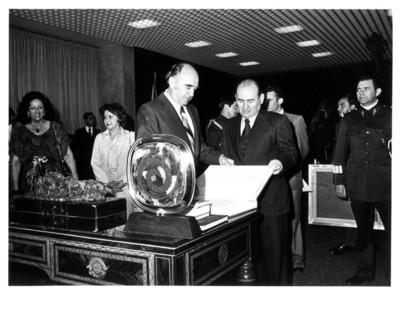 López Portillo muestra libro al Gral. Romero presidente de El Salvador, durante su visita a México