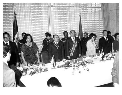 Presidentes de El Salvador y México de pie posan ante las cámaras durante el banquete oficial en la Secretaría de Relaciones Exteriores