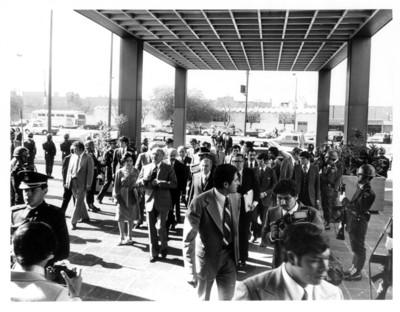 José López Portillo y su comitiva llegan al edificio de la Secretaría de Relaciones Exteriores para homenaje al embajador Rafael de la Colina Riquelme
