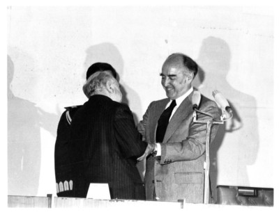 José López Portillo saluda a Rafael de la Colina en su homenaje