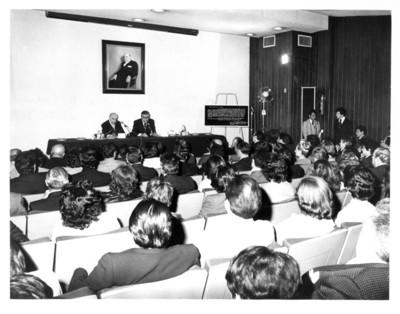 Santiago Roel dirige unas palabras a los asitentes a inaguración de auditorio y homenaje al embajador Rafael de la Colina