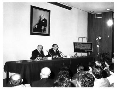 Santiago Roel funge como orador en la inauguración del auditorio Rafael de la Colina