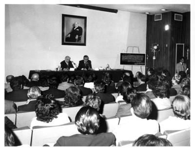 Santiago Roel García hace uso de la palabra ante Rafael de la Colina Riquelme