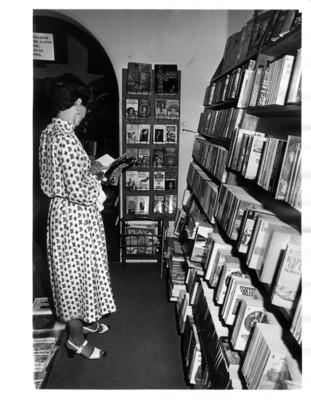 Gloria Rodríguez de Roel lee un libro en librería