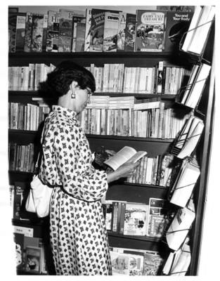 Gloria Rodríguez de Roel lee libro