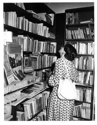 Gloria Rodríguez de Roel observa el estante de los libros de psicología
