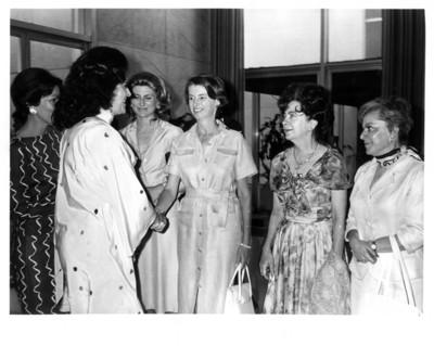 Carmen Romano de López Portillo saluda a la esposa del embajador Alfonso de Rosenzweig