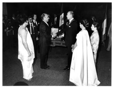 José López Portillo da la bienvenida al presidente de Francia y su esposa