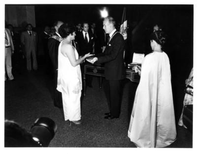 Carmen Romano de López Portillo entrega obsequio al presidente de Francia