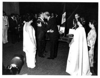 Válery Giscard D'Estaing, presidente de Francia saluda a su homólogo José López Portillo