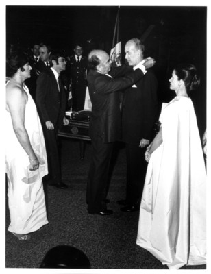 José López Portillo coloca la condecoración Águila Azteca a Válery Giscard D'Estaing, presidente de Francia
