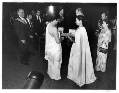 Carmen Romano de López Portillo entrega condecoración a Anne- Aymone Giscard D'Estaing