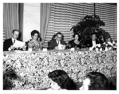 Gloria Rodríguez de Roel sentada en mesa durante banquete ofrecido al presidente de Francia