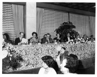 Gloria Rodríguez de Roel junto a diplomáticos durante cena ofrecida al presidente de Francia