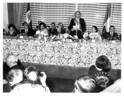 José López Portillo dirige palabras a asistentes, cena en honor de Valéry Giscard D'Estaing