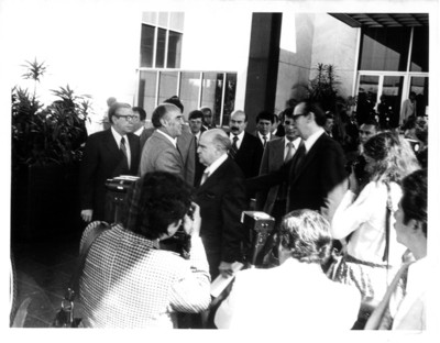 José López Portillo saluda a diplomáticos en su llegada a la Secretaría de Relaciones Exteriores