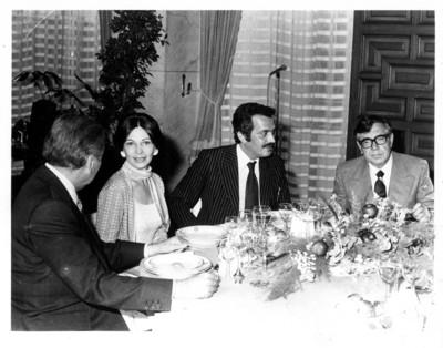 Santiago Roel y esposa sentados con el Príncipe de Arabia Saudita
