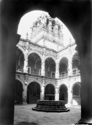 """Arcadas y fuente del """"Palacio Federa"""", vista parcial"""