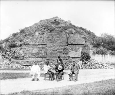 Manuel Gamio y otros personajes en Teotihuacán