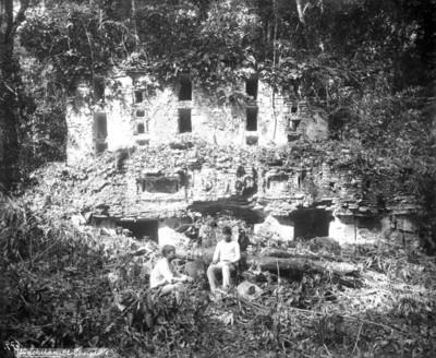 Hombres frente a la Estructura VI de Yaxchilán