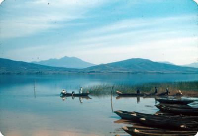 Indígenas sobre embarcaciones en el lago