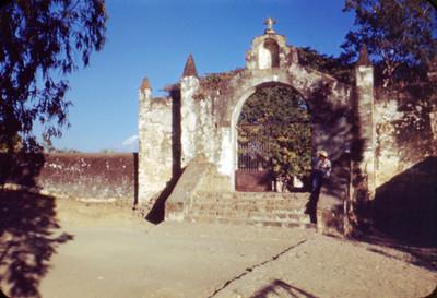 Hombre en entrada de un convento