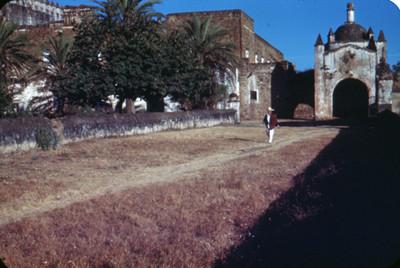 Hombre camina junto a convento