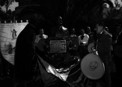 Raúl Maldonado Aspe y miembros de la Asociación Nacional de charros, durante la inauguración de un monumento en honor a Carlos Rincón Gallardo