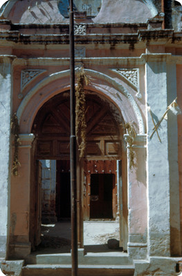Entrada a una iglesia, vista parcial