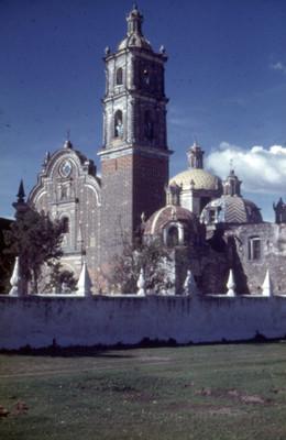 Iglesia, fachada, vista parcial