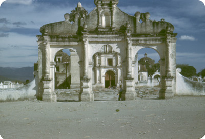Entrada al atrio del convento, vista frontal