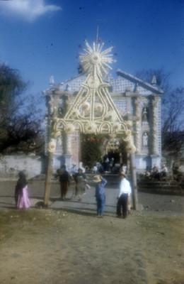Gente deambula en la entrada al convento