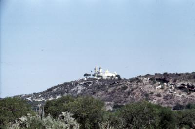 Convento en un cerro, paisaje