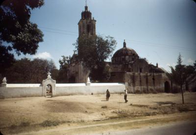 Gente deambula en una calle junto al convento