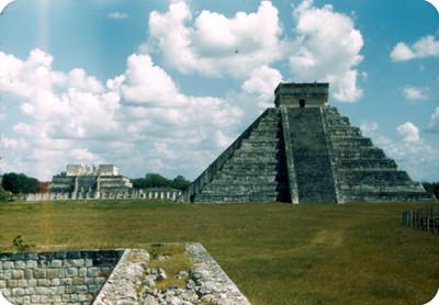 Piramide de Kukulkan, al fondo el Templo de los Guerreros