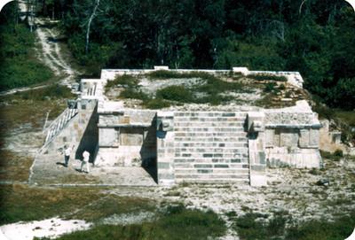Hombres junto a plataforma prehispánica