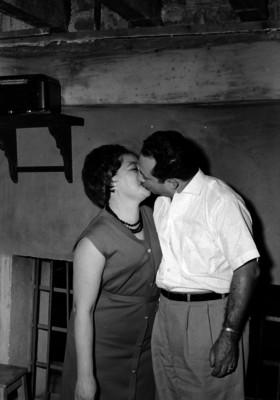 Miguel Rios, joyero besando a su esposa