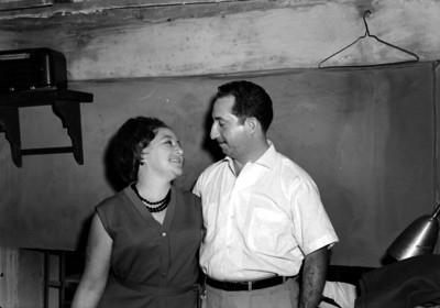 Miguel Rios, joyero abrazando a su esposa, retrato