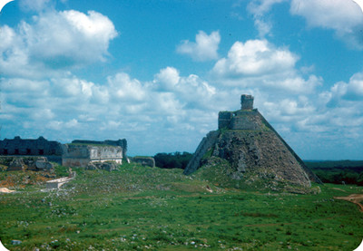 Piramide del Adivino y Cuadrangulo de las Monjas, paisaje
