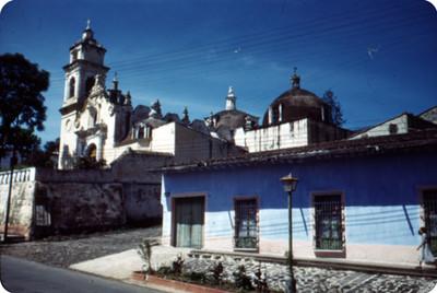 Iglesia, vista desde una calle