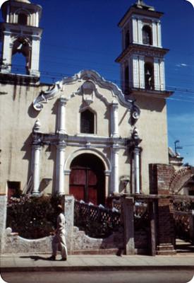 Hombre deambula frente a una iglesia