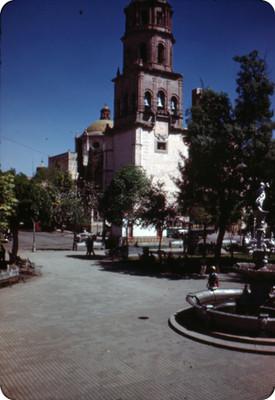 Gente deambula en la plaza frente a catedral