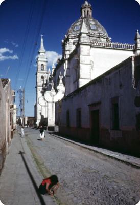 Vida cotidiana en una calle junto al convento