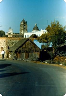 Hombre deambula en una calle de Mixquic