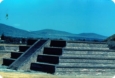 Arquitectura monumental prehispánica, vista lateral